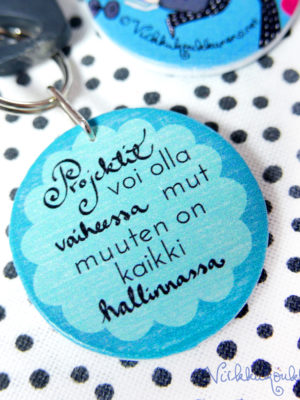 Pähee puinen Suomessa valmistettu Virkkukoukkusen suunnittelema sininen avaimenperä kivalla tekstillä.