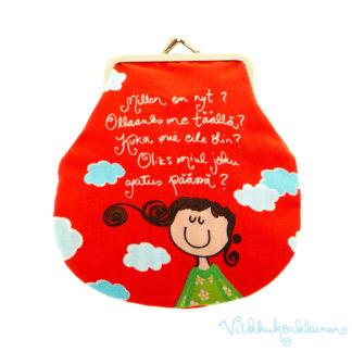 Valloittava vuorillinen nipsupussukka Virkkukoukkusen omalla punaisella printtikuosilla ja tekstillä. Söpö pussukka on 100 % puuvillaa.
