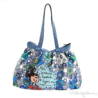 Virkkukoukkusen suunnittelema hauskan mallinen napakka canvas-laukku. Sininen kukkaralla kuosinen olkalaukku on Suomessa tehty.