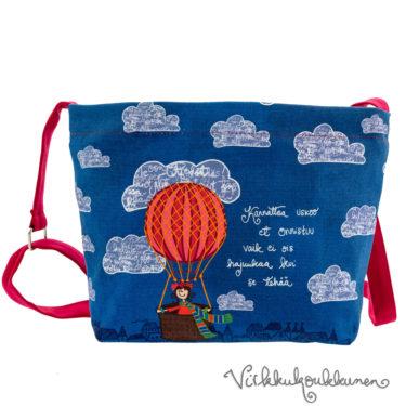 Ihana kotimainen Virkkukoukkusen sininen Aikku laukku. Suomessa valmistetussa näpsässä laukussa on säädettävä olkahihna ja se on 100% puuvillaa.