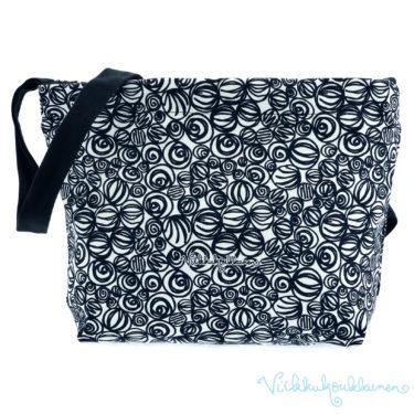 Ihana kotimainen Virkkukoukkusen mustavalkoinen Aikku laukku. Suomessa valmistetussa näpsässä laukussa on säädettävä olkahihna ja se on 100% puuvillaa.