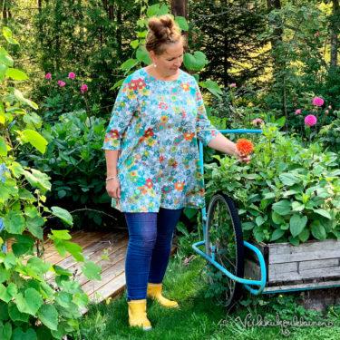 Virkkukoukkusen värikäs A-linjainen kelpokolttu trikootunika kukkaralla kuosilla. Kotimaisessa mukavassa tunikassa on ¾-hihat ja O-pääntie.
