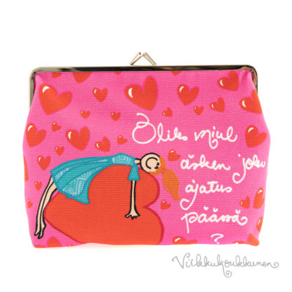Valloittava vuorillinen nipsupussukka Virkkukoukkusen omalla pinkillä printtikuosilla ja tekstillä. Söpö pussukka on 100 % puuvillaa.