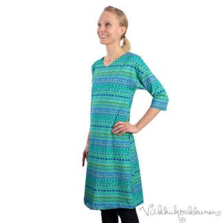virkkukoukkunen-mekko-sujakka-raitapylpyrä-001-sinivihrea