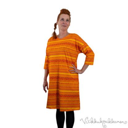 virkkukoukkunen-mekko-sujakka-raitapylpyrä-003-oranssi