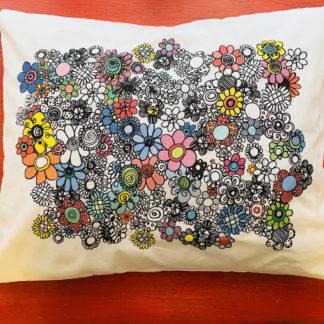 Virkkukoukkusen kotimainen värikäs tyynyliina kukkaralla kuosilla. Se on 100% puuvillaa ja sillä on sekä avainlippu- että Design from Finland -merkki.