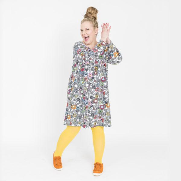 Virkkukoukkusen värikäs A-linjainen lempileninki trikoomekko kukkaralla kuosilla. Kotimaisessa mukavassa mekossa on pitkät hihat ja V-pääntie.