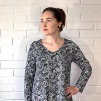 Virkkukoukkusen mustavalkoinen A-linjainen lempileninki trikoomekko pauhu kuosilla. Kotimaisessa mukavassa mekossa on pitkät hihat ja V-pääntie.