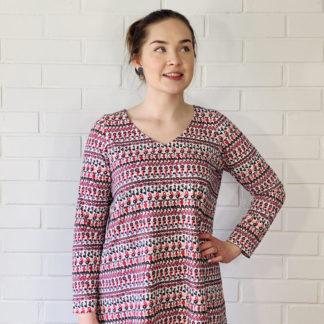 Virkkukoukkusen värikäs A-linjainen lempileninki trikoomekko rimpati kuosilla. Kotimaisessa mukavassa mekossa on pitkät hihat ja V-pääntie.