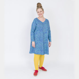 Virkkukoukkusen sinivihreä A-linjainen lempileninki trikoomekko sano muikku kuosilla. Kotimaisessa mukavassa mekossa on pitkät hihat ja V-pääntie.