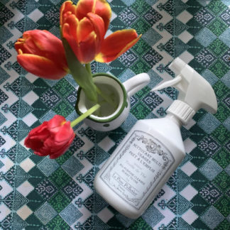 Le Père Pelletier Multipurpose käyttövalmis etikkapohjainen yleispuhdistusaine spray-pullossa esimerkiksi lattioiden, lasi- ja peilipintojen pesuun.