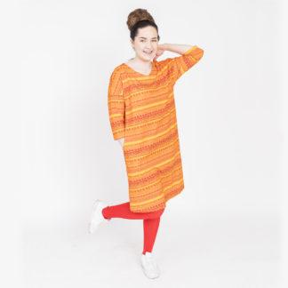Virkkukoukkusen oranssi suoranmallinen sujakka trikoomekko raitapylpyrä kuosilla. Kotimaisessa mukavan tuntuisessa mekossa on ¾-hihat ja V-pääntie.