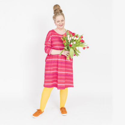 Virkkukoukkusen pinkki suoranmallinen sujakka trikoomekko raitapylpyrä kuosilla. Kotimaisessa mukavan tuntuisessa mekossa on ¾-hihat ja V-pääntie.