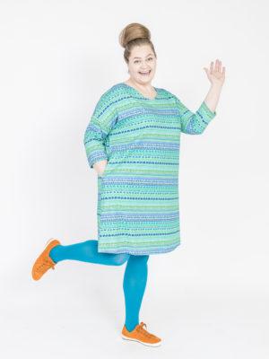 Virkkukoukkusen sinivihreä suoranmallinen sujakka trikoomekko raitapylpyrä kuosilla. Kotimaisessa mukavan tuntuisessa mekossa on ¾-hihat ja V-pääntie.