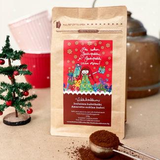 """Herkullinen amaretto-suklaa-kahvi punaisella jouluisella etiketillä ja tekstillä """"Mie uskon joulupukkii ja joulupukki uskoo minuu!"""". Valmistettu Suomessa."""