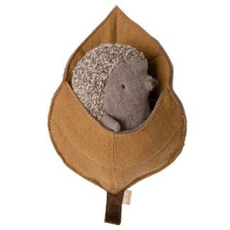 Mailegin söpö harmaanruskea vauvasiilipehmon ruskeassa lehtikäärössä