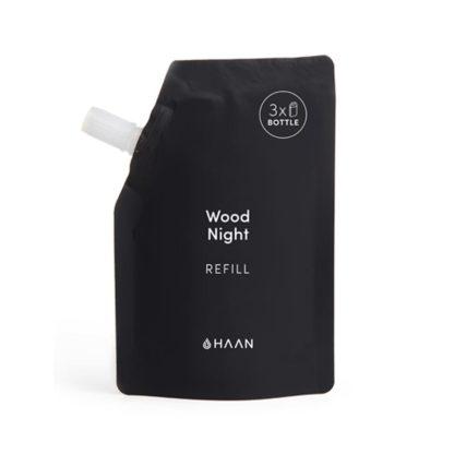 Haan käsidesin täyttöpakkaus Wood Night tuoksuu seetripuulta ja männyltä. Tästä täyttöpussista voit täyttää HAAN täytettävän taskukokoisen käsidesin yli kolme kertaa.