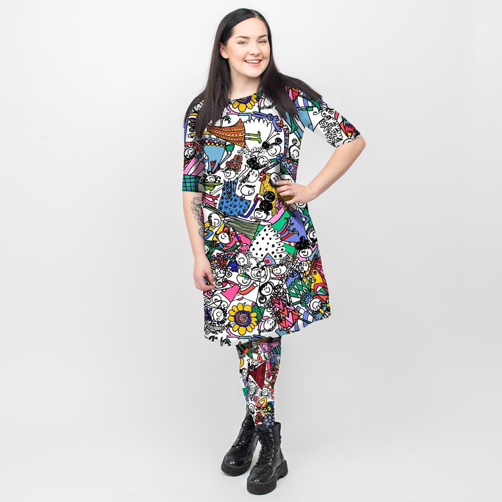 Virkkukoukkusen 3/4-hihainen Kelpokolttu mekko hauskalla värikkäällä Isolla porukalla -kuosilla ja leggipöksyt porukalla-kuosilla, jossa seikkailee iloinen joukko Koukkushahmoja.