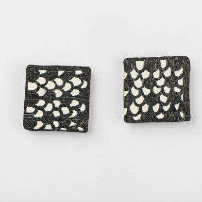 Kauniit Suomessa suunnitellut ja valmistetut puiset nappikorvakorut Domino-kuosilla.