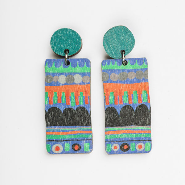 Näyttävät Suomessa suunnitellut ja valmistetut puiset korvakorut Hippa-kuosilla.