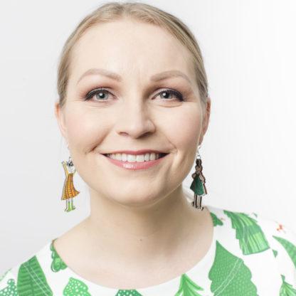 Kauniit Suomessa suunnitellut ja valmistetut puiset korvakorut Koukkustyttö-kuosilla.