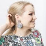 Kauniit Suomessa suunnitellut ja valmistetut puiset korvakorut Kukkaralla-kuosilla.