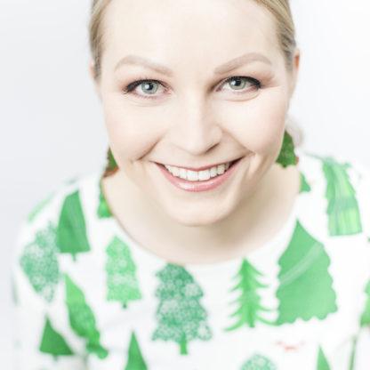 Näyttävät Suomessa suunnitellut ja valmistetut puiset korvakorut Kuusikko-kuosilla.