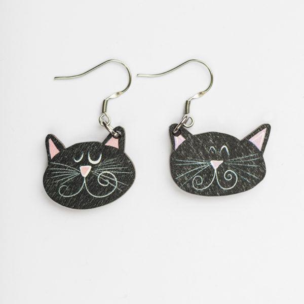 Kauniit Suomessa suunnitellut ja valmistetut puiset korvakorut Mustat kissat -kuosilla.