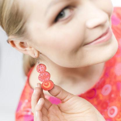 Kauniit Suomessa suunnitellut ja valmistetut puiset korvakorut punaisella Pampula-kuosilla.