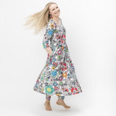 Kotimainen kaunis Virkkukoukkusen Toive-Hulmu mekko. Kuosina iloinen maxikukkaralla.