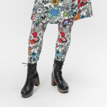 Virkkukoukkusen mukavat ja kauniit leggipöksyt suositulla maxikukkalla-kuosilla, jossa on paljon erilaisia värikkäitä kukkia