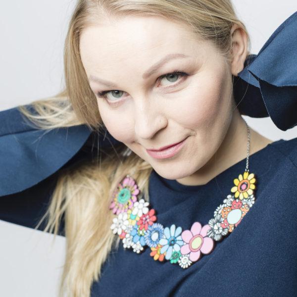 Näyttävä Suomessa suunniteltu ja valmistettu puinen kaulakoru Kukkaralla-kuosilla.