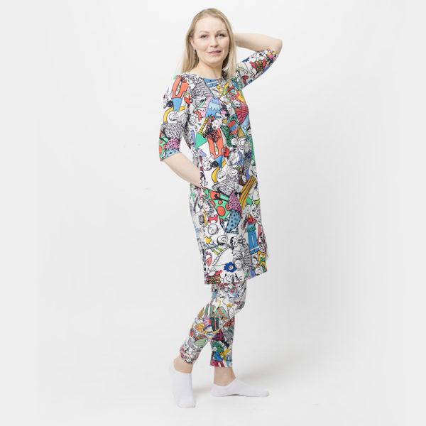 Virkkukoukkusen 3/4-hihainen Kelpokolttu mekko hauskalla värikkäällä Isolla porukalla -kuosilla, jossa seikkailee iloinen joukko Koukkushahmoja.