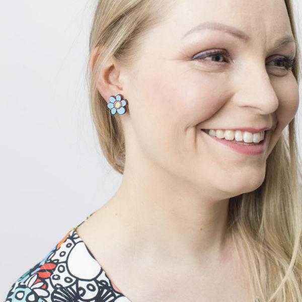 Kauniit Suomessa suunnitellut ja valmistetut puiset nappikorvakorut Kukkaralla-kuosin sinisillä kukilla.