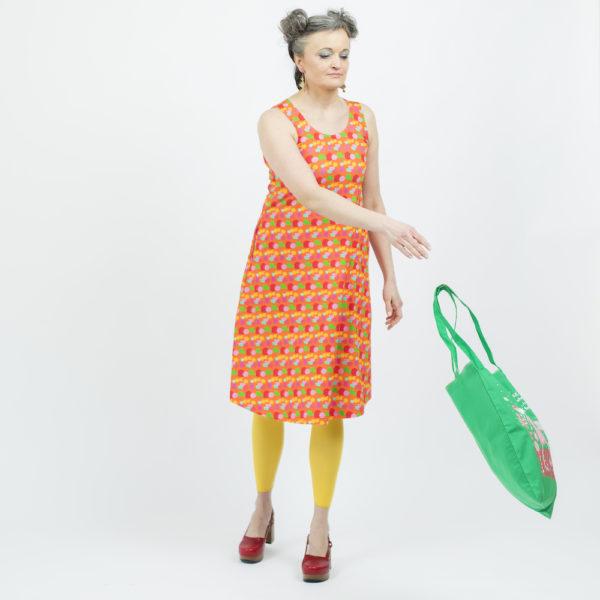 Kotimainen Virkkukoukkusen hihaton Helle-mekko U-pääntiellä ja oranssipohjaisella Pikkulempukka-kuosilla.