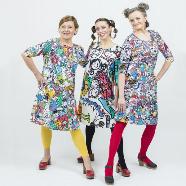 Kotimainen Virkkukoukkusen 3/4-hihainen Kiva-mekko U-pääntiellä ja hauskalla monivärisellä Kunnon porukalla -kuosilla.
