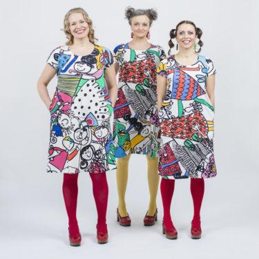Kotimainen Virkkukoukkusen lyhythihainen Kiva-mekko U-pääntiellä ja hauskalla monivärisellä Kunnon porukalla -kuosilla.
