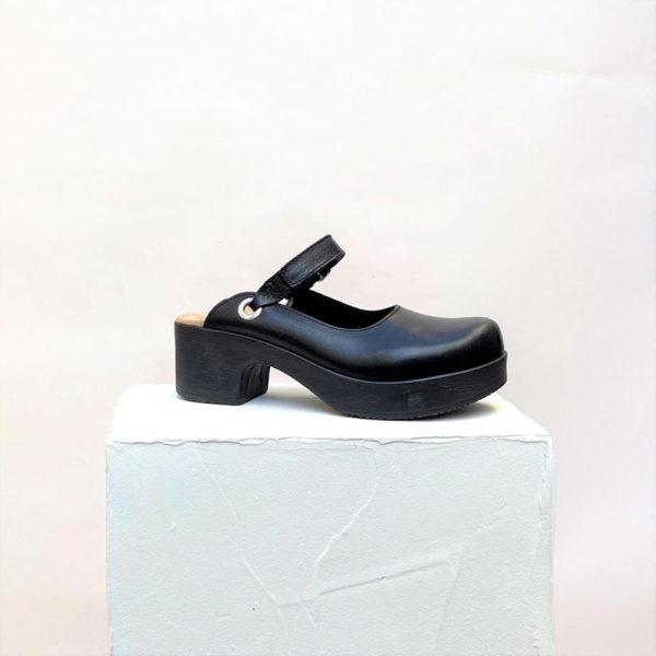 Ruotsalaiset Calou Mia Black mustat nahkakengät ovat erittäin mukavan tuntuiset jalassa! Näillä kävelee vaikka koko päivän. Kevyen polyuretaanipohjan ansiosta nämä kengät kevyet ja miellyttävät käyttää. Joustava pohja pehmentää askelta.