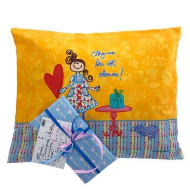 Kotimainen Virkkukoukkusen värikäs tyynyliina Ihanaa ku oot olemas -tekstillä ja kauniilla kuosilla lahjapaketissa.