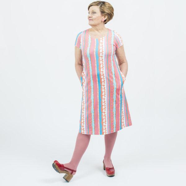 Kotimainen Virkkukoukkusen lyhythihainen Kiva-mekko U-pääntiellä ja hauskalla pastellisävyisellä Kakkuraita -kuosilla.