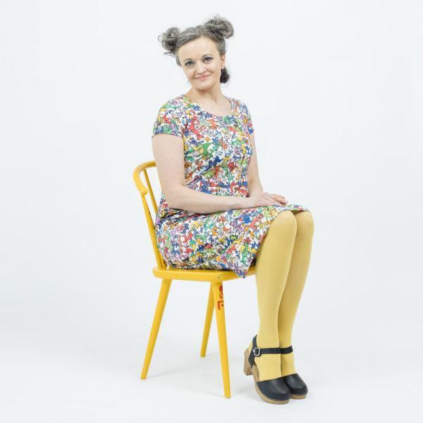 Kotimainen Virkkukoukkusen lyhythihainen Kiva-mekko U-pääntiellä ja hauskalla valkopohjaisella Pikku Murre -kuosilla.