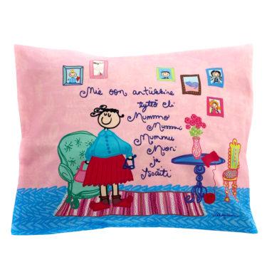Kotimainen Virkkukoukkusen värikäs tyynyliina Antiikkine tyttö eli Mummo -tekstillä ja kauniilla kuosilla.