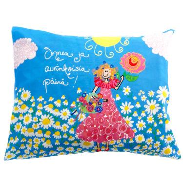 """Kotimainen Virkkukoukkusen värikäs tyynyliina """"Onnea ja aurinkoisia päiviä"""" -tekstillä ja sinisellä päivänkakkara-kuosilla."""