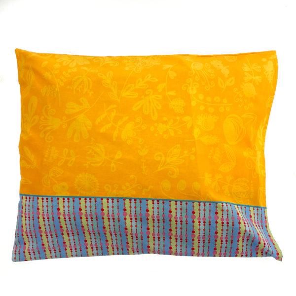 """Kotimainen Virkkukoukkusen värikäs tyynyliina """"Ihanaa ku oot olemas"""" -tekstillä ja kauniilla kuosilla."""