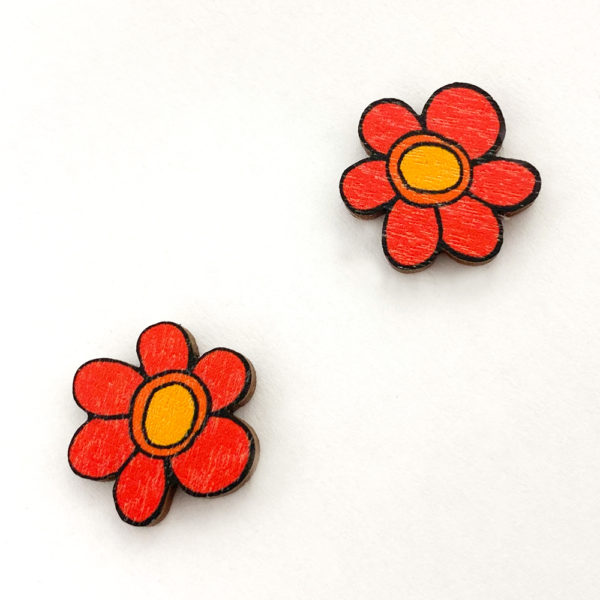 Kauniit Suomessa suunnitellut ja valmistetut puiset nappikorvakorut Kukkaralla-kuosin punaisilla kukilla.