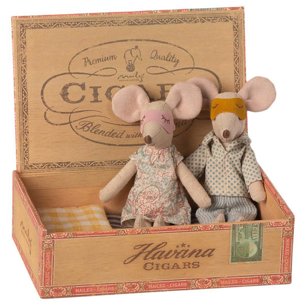 Maileg Mum & Dad mice in cigarbox - Mailegin mainiot hiiriäiti ja hiiri-isä sikarilaatikossa.