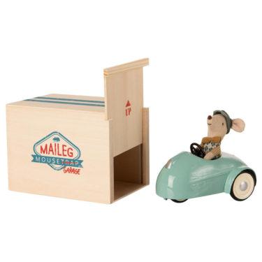 Maileg car w. garage - Mailegin hauska hiiri, mintunvihrea auto ja puulaatikko autotalli.