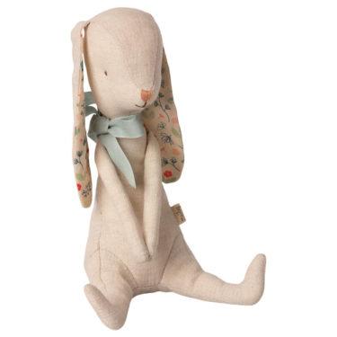 Maileg Bunny Albin - Mailegin suloinen luppakorvainen pupu vaaleansininen nauha kaulassa.