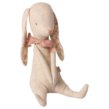 Maileg Bunny Albina - Mailegin suloinen luppakorvainen pupu vaaleanpunainen nauha kaulassa.