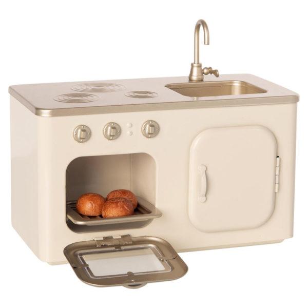 Maileg kitchen - Mailegin kaunis valkoinen pieni leikkikeittiö jossa uuni, hella, tiskiallas ja kaappi.